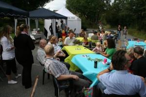 Omtrent 60 barn deltok på festen i 2008.  Her representert ved en gruppe tidligere barn.